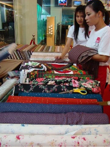 Wien Co Ltd. organized the first quilt festival in Thailand at Paragon mall, Lifestyle Hall, 2nd floor. The vendors from Japan had quilt fabric and accessories.