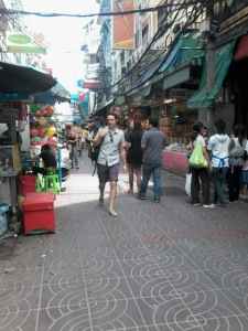 You can recognize Mangkon Road here, a nice wide brick lined lane. Here you find wholesale hair clips, toys, stationery.